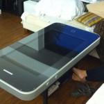 Une table basse en forme d'iPhone 4